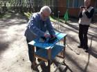 Валерий А. Пахомов UA3AO - подготовка аппаратуры к демонстрации.