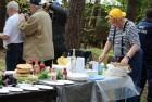 Пока одни ставят автографы, Геннадий Григорьевич готовит праздничный стол.