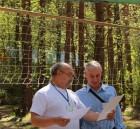 Юрий RA3AKM вручает Виталию RZ3BP памятный диплом.