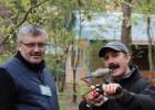 Олег демонстрирует Игорю приспособление для монтажа антенны.